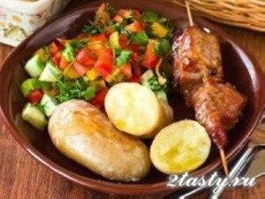 Фото: Картофель с ребрышками и салатом