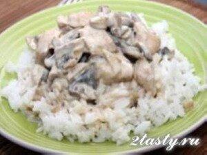 Рецепт Куриные грудки с маринованными грибами в сливочном соусе (фото)