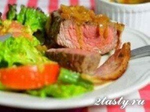 Рецепт Медальоны из говядины с беконом под винным соусом (фото)
