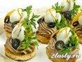 Фото Печеночный паштет и перепелиные яйца на батоне