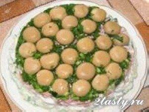 Рецепт Слоеный салат из курицы с шампиньонами «Грибная поляна» (фото)