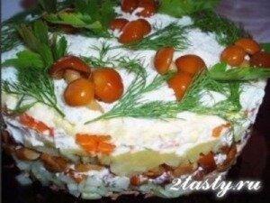 Фото: Слоеный салат из телятины с опятами