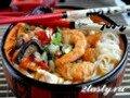 Суп с рисовой лапшой и креветками азиатский