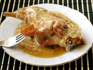 Рецепт Заяц (кролик) тушеный в сметане с яблоками (фото)