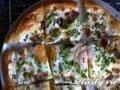 Пицца с беконом, яйцами и сыром